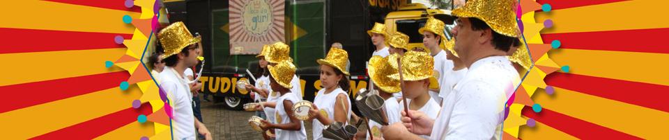 Imagem dos alunos em apresentação do Bloco do Guri