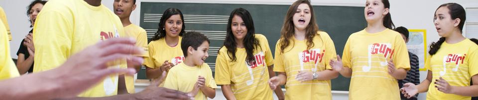 Foto dos alunos de Sorocaba cantando no polo