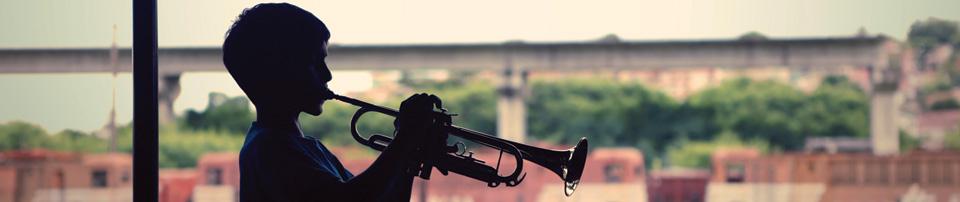 Foto de aluno tocando trompete