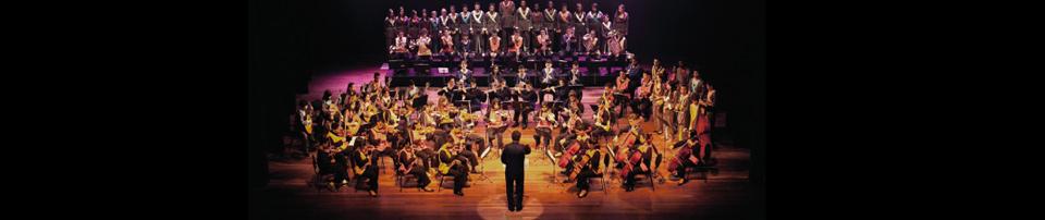 Foto da Orquestra do Grupo de Referência do Projeto Guri no teatro Polytheama em Jundiaí