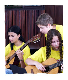Foto dos alunos tocando violão