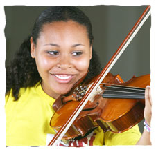 picture of a young girl dressing a yellow t-shirt of Guri, playing a viola