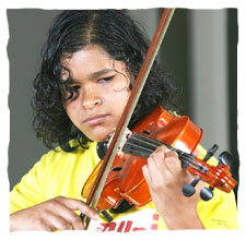 picture of a young child dressing a yellow t-shirt of Guri, playing a violin