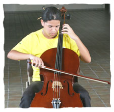 picture of a young girl dressing a yellow t-shirt of Guri, playing a cello