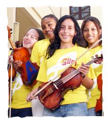 Foto de 4 alunas do Projeto Guri e seus instrumentos musicais