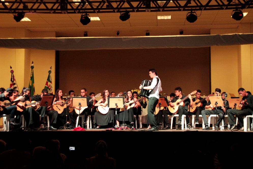 Orquestra tocando instrumentos diversos