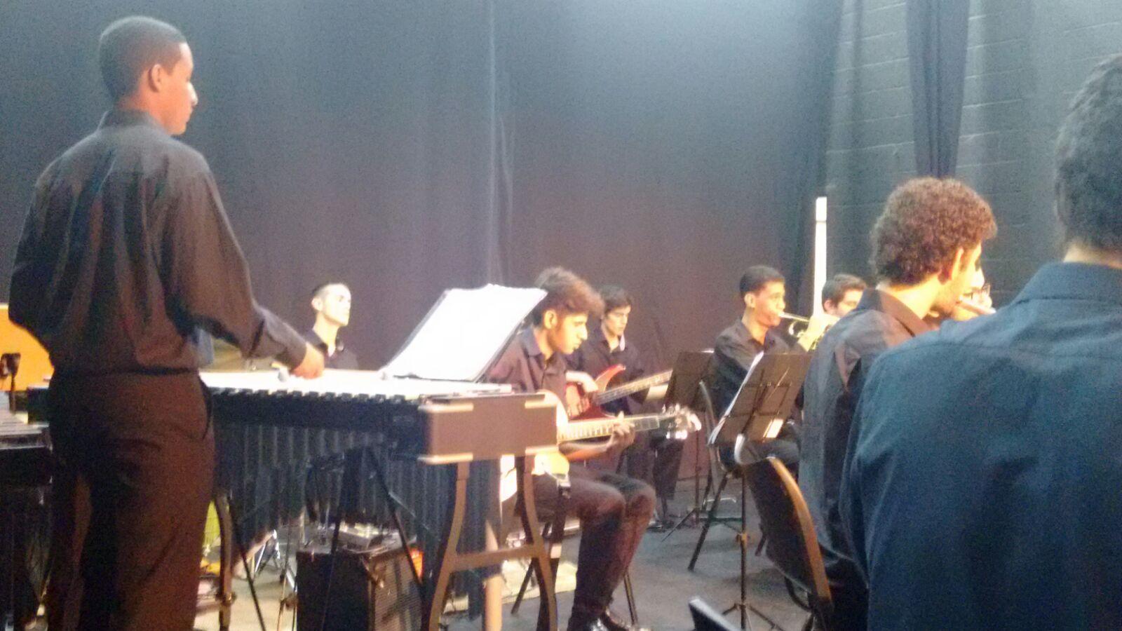 Big Band de São Carlos tocando em homenagem aos 25 anos da Oficina Cultural Chico Buarque