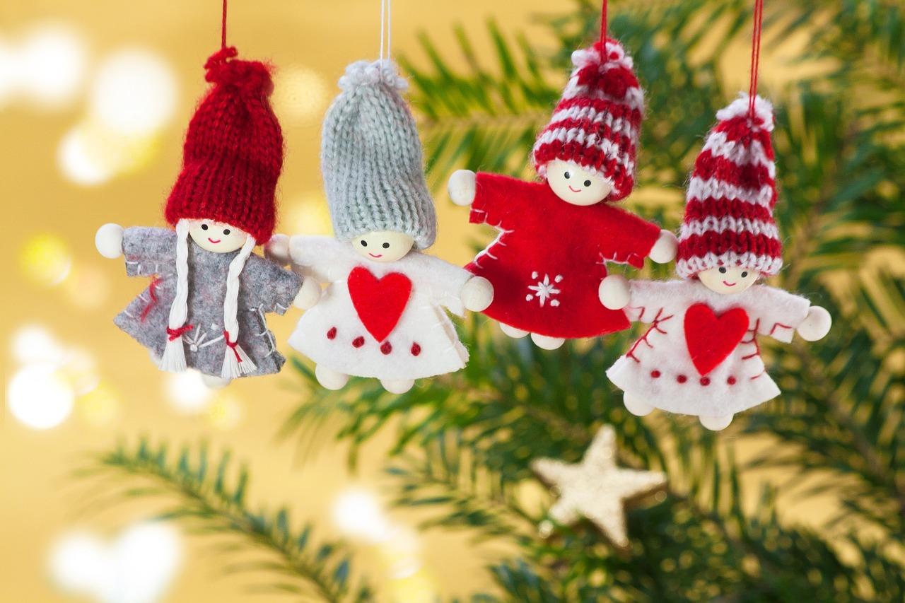 Fantoches natalinos pendurados em uma árvore de natal