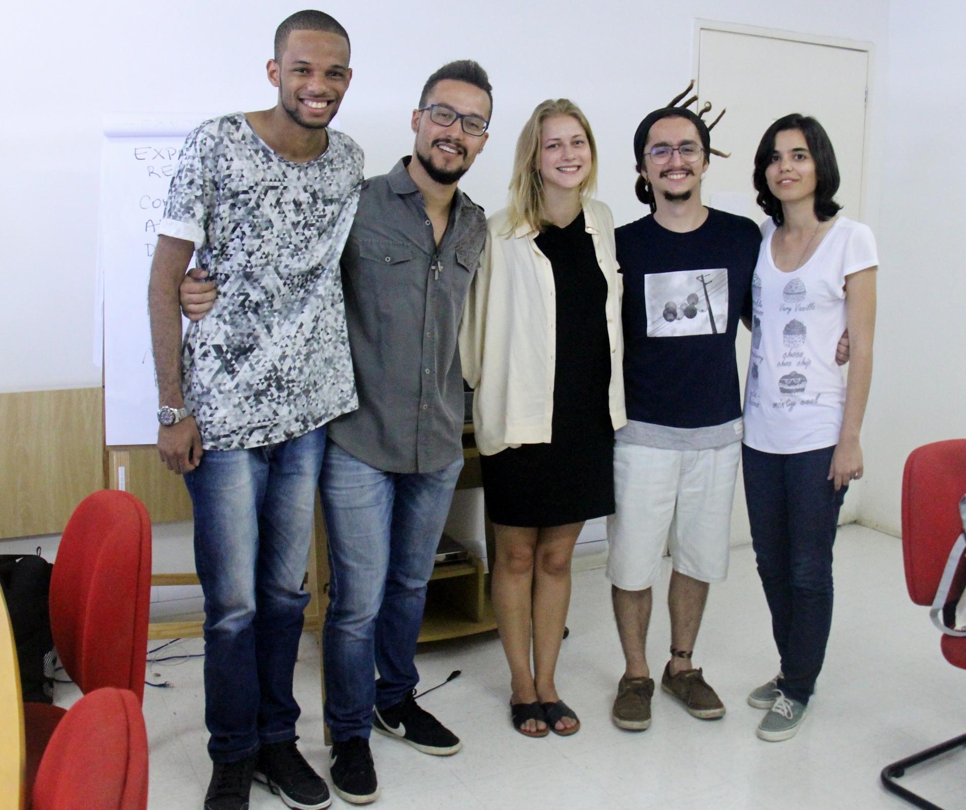 Intercambistas brasileiros, do Projeto Guri, com intercambista da Noruega (centro)