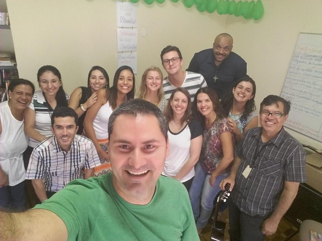 Ellen-Martine Gismervik e Nikolai Gmachi-Pammer fazem uma selfe com o pessoal de São Carlos