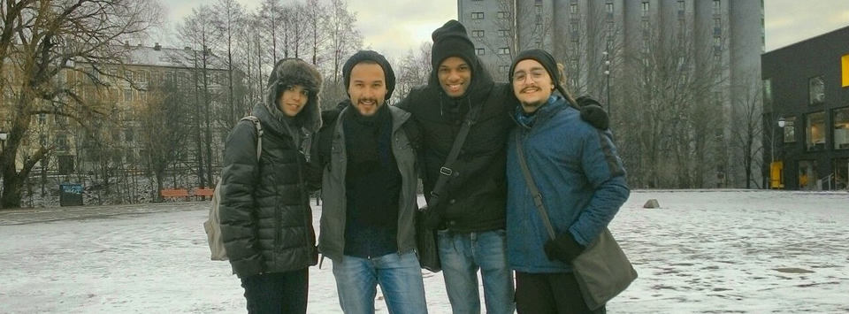 Quatro intercambistas brasileiros em foto na Noruega, em uma área coberta de neve