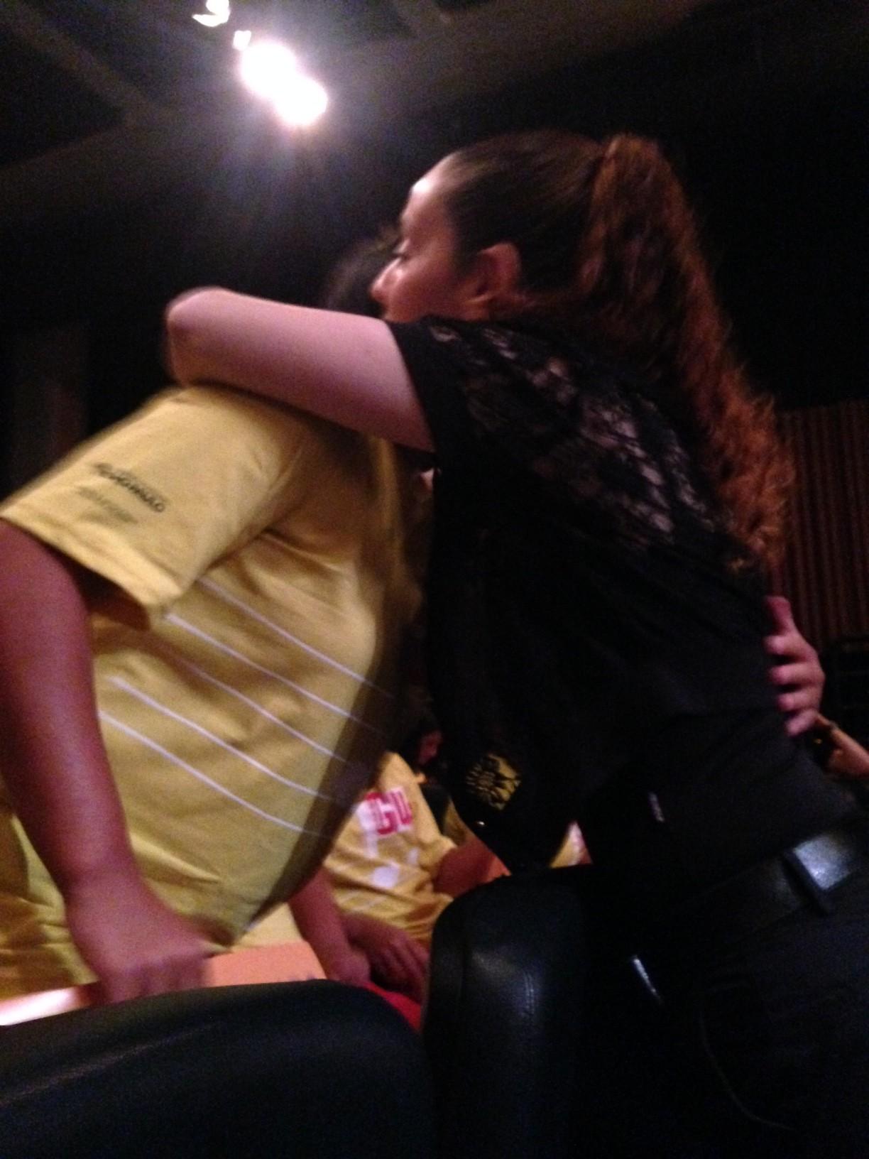 A educadora Ana Paula Rotundo abraça e beija cada uma das adolescentes da Fundação que se apresentaram no MUSICASA