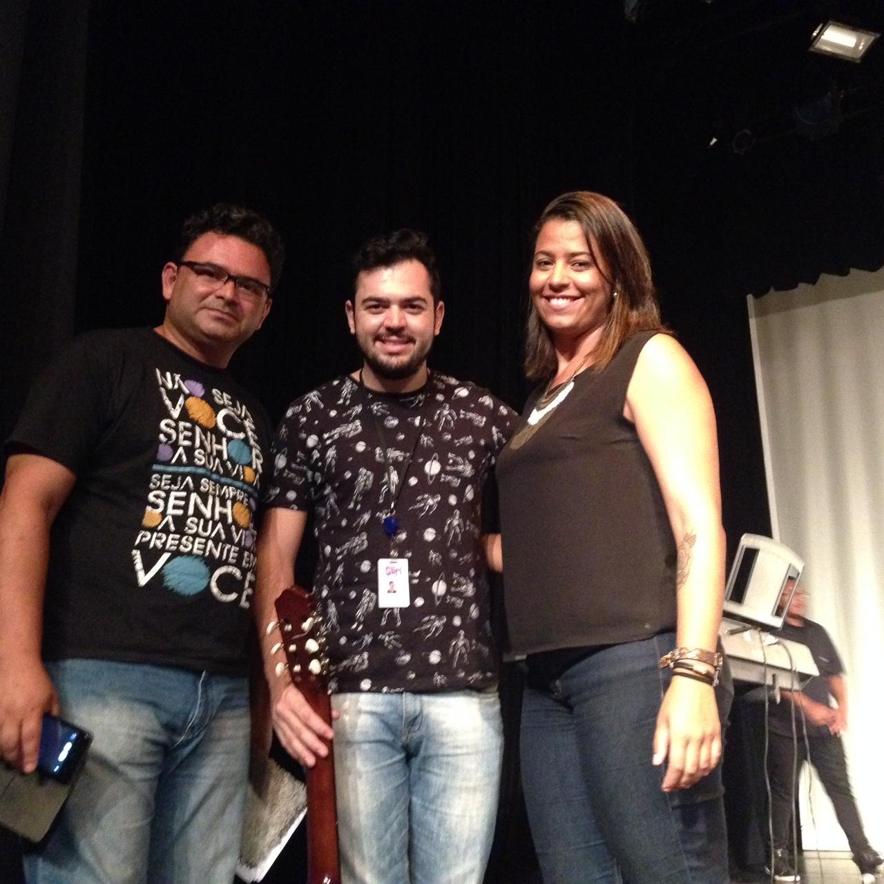 O agente da Fundação CASA, Vagner Paulo da Silva, e os educadores João Ferreira e Sara Ferreira tocaram e cantaram junto com os alunos