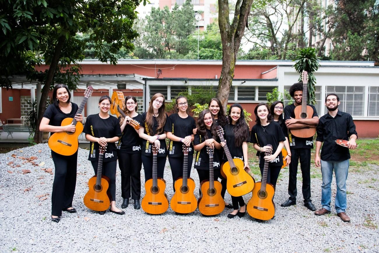 Grupo de Referência de Santos - Camerata de Violões - alunos com roupas pretas e violão na mão