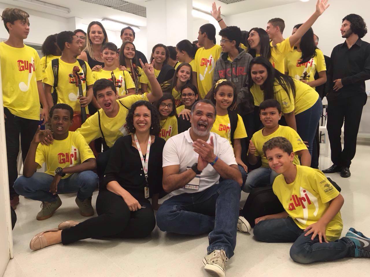 Alunos do Guri entre Francisco Rodrigues, diretor de Desenvolvimento Social do Projeto