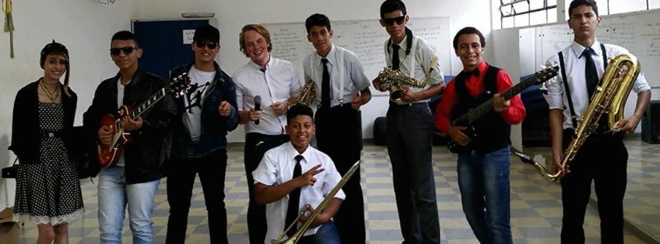 Ole Sigvart Berget, em pé, no centro, comanda Projeto Rock, em Araraquara