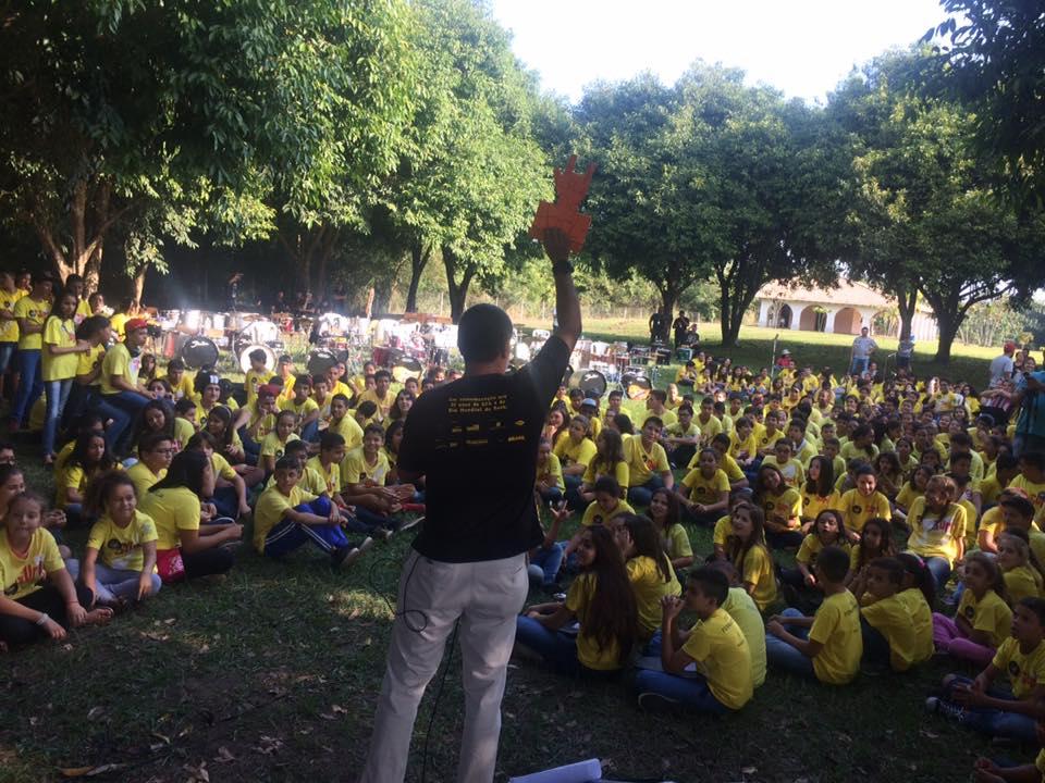 Francisco Rodrigues, diretor do Projeto Guri lidera atividade com a garotada