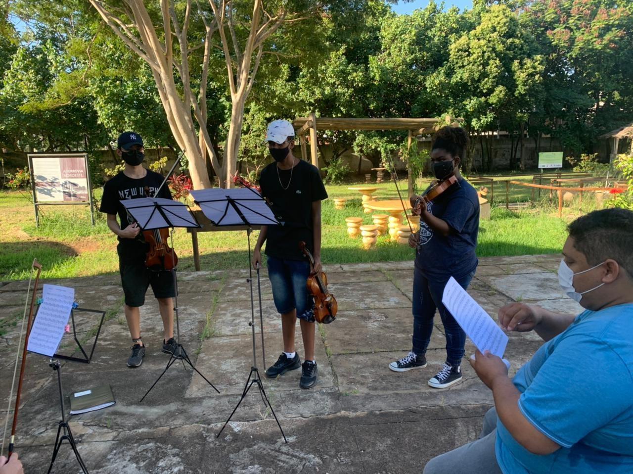 aula de violino no Polo Lins